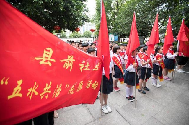 """县前社区:红领巾争当""""河小二""""助力""""剿劣"""""""